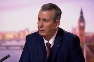 `` Ils essaient de punir le Royaume-Uni pour le Brexit! ''  Fury as EU `` utilise l'Irlande du Nord comme jouet ''