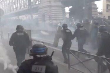 Manifestation à Paris: la police anti-émeute lance des gaz lacrymogènes sur les manifestants alors que Macron exige la fin de la dissidence