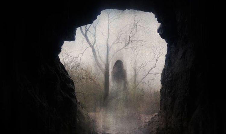 """Des """"fantômes"""" disent à un couple de """"sortir"""" lorsqu'ils tombent accidentellement sur une grotte hantée"""