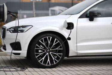 La nouvelle batterie de voiture électrique de Volvo pourrait voyager PLUS LOIN que le plein d'essence