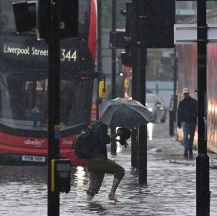 Le chaos des inondations à Londres: un avertissement urgent concernant les eaux usées brutes est émis alors que huit stations de métro ferment