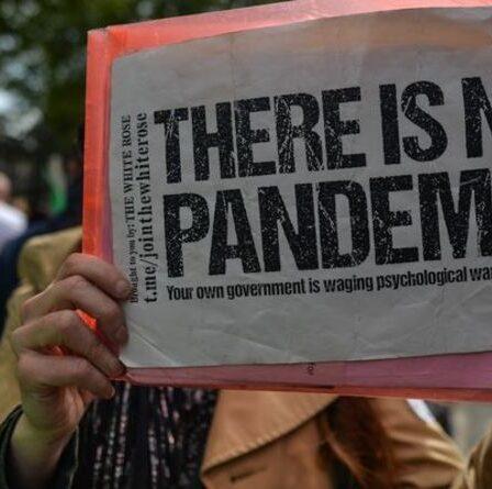 Les anti-vaccins prennent d'assaut une clinique britannique en protestation furieuse alors qu'ils affirment que «les coups de Covid pourraient vous tuer»