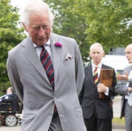 Retour du net !  Charles offre des services en tant que tireur de penalty de l'Angleterre avant de marquer un but
