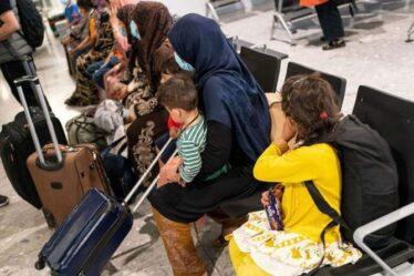 """Des attentats à la bombe """"barbares"""" n'empêchent pas les vols de sauvetage britanniques au départ de Kaboul"""