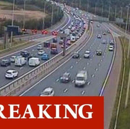 Chaos de la circulation sur la M6 alors qu'une voiture prend feu au milieu de l'autoroute - retards et voies fermées