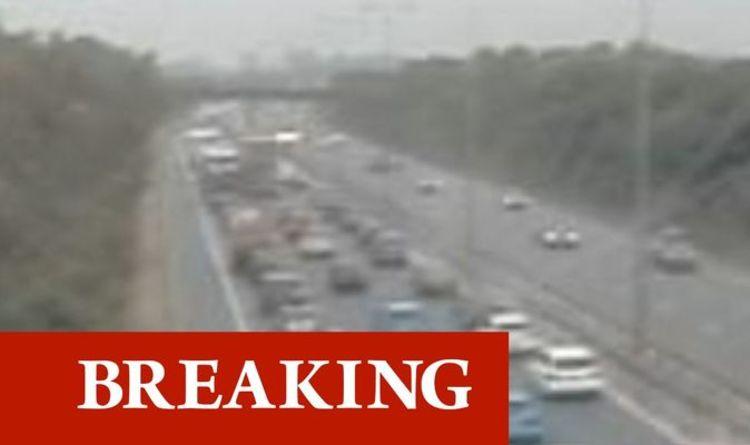 Dernier trafic sur la M5: de longs retards alors qu'une voiture s'écrase contre la barrière centrale lors d'un accident impliquant plusieurs véhicules