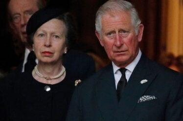 La princesse Anne 'stoïque' 'est devenue trop grande pour son frère émotif Charles': 5 photos révèlent une dynamique royale