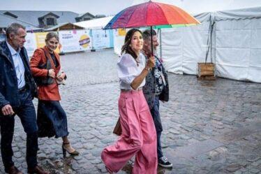 """La princesse Mary ravit les fans avec un parapluie arc-en-ciel pour le soutien LGBTQ - """"Elle est incroyable!"""""""