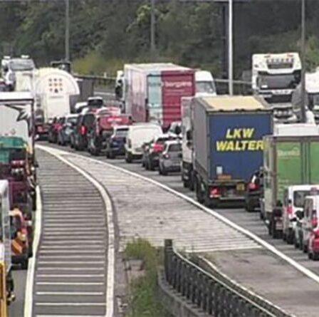 Trafic M4: Longs retards alors que l'autoroute est fermée après le crash d'une caravane