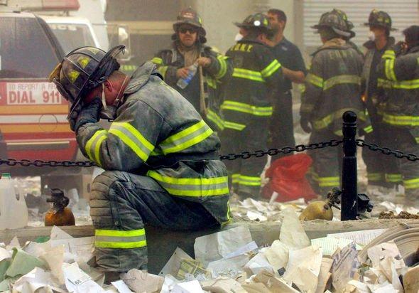 Un pompier retient ses larmes à Ground Zero.