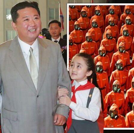 Kim Jong-un regarde les troupes nord-coréennes en combinaisons de protection contre les matières dangereuses défiler dans un étrange défilé