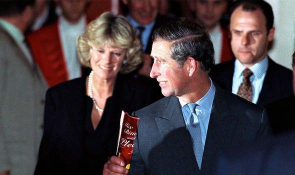 Sortie royale: le couple photographié ensemble en public pour la première fois depuis la mort de Diana en 1999