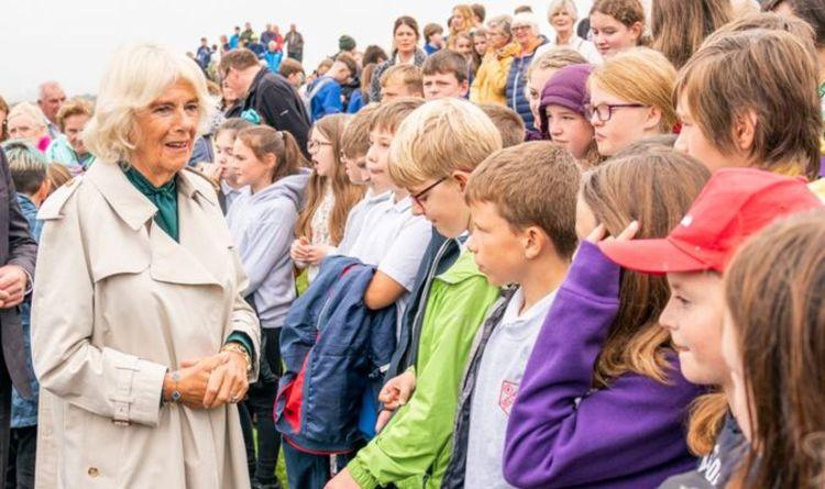 Camilla a des fans royaux en points de suture alors que la duchesse de Cornouailles se fait de nouveaux amis en Écosse