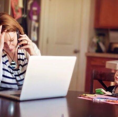 Les employés de magasin et les soignants sur le crédit universel risquent de perdre près de 2 000 £ par rapport au mois prochain