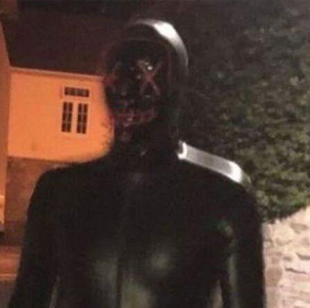 Un homme masqué suscite la panique alors qu'un rôdeur vêtu de latex est repéré dans la ville de Somerset