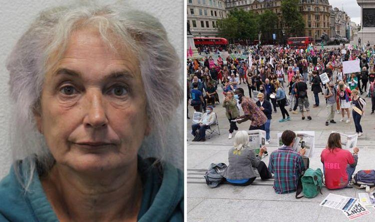 Une retraitée se colle à la construction d'une manifestation contre le changement climatique