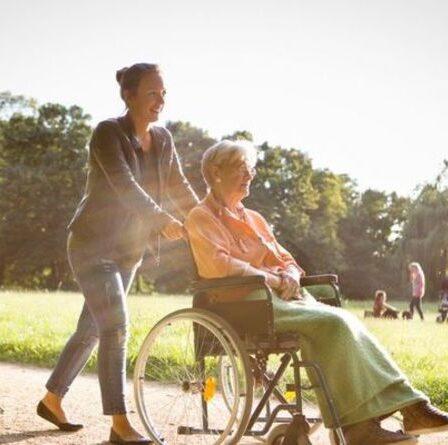 Colère en tant que retraités et soignants non rémunérés de perdre les ordonnances gratuites du NHS: «Un coup de pied dans les dents»